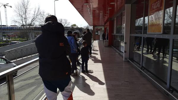スーパーの入場列